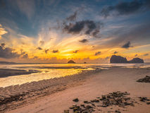 Пляж захода солнца в Таиланде Стоковая Фотография