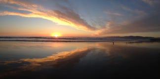 Пляж захода солнца панорамы стоковые изображения