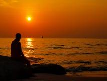 Пляж захода солнца человека. Стоковое Изображение RF