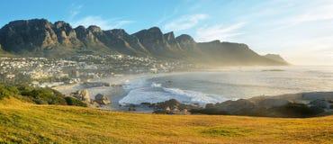 Пляж залива лагерей в Кейптауне, Южной Африке Стоковые Фотографии RF