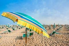 Пляж зонтика для ослаблять и пляжа солнца установленный Стоковое фото RF