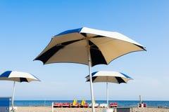 Пляж зонтика для ослаблять и пляжа солнца установленный Стоковые Изображения