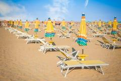 Пляж зонтика для ослаблять и пляжа солнца установленный Стоковое Фото