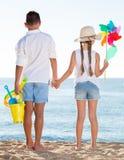 Пляж игрушек мальчика и девушки Стоковые Изображения