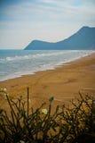 Пляж и гора Pranburi Стоковые Фотографии RF