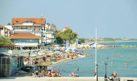 Пляж и городок в Греции Стоковые Изображения