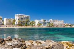Пляж и гостиницы touristic городка Cala Millor majorca Испания Стоковые Изображения