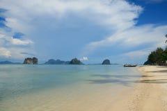 Пляж и голубое небо Стоковое Изображение RF