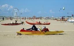 Пляж и деревянная спасательная шлюпка Стоковое Изображение RF