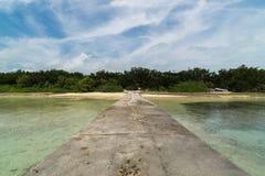 Пляж и западная мола в острове Taketomi, Окинаве Японии Стоковые Изображения
