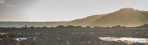 Пляж и заход солнца в Корнуолле, Англии Стоковое Фото