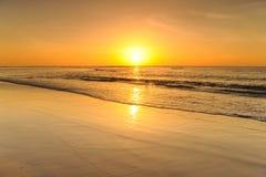 Пляж и заход солнца моря в Krabi Таиланде Стоковая Фотография
