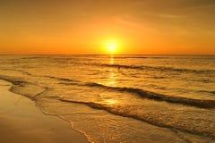 Пляж и заход солнца моря в Krabi Таиланде Стоковые Изображения