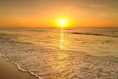 Пляж и заход солнца моря в Krabi Таиланде Стоковое Фото