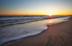 Пляж и заход солнца моря Стоковое Изображение