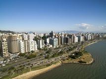 Пляж и здания Beira повреждают Norte/Florianopolis Санта-Катарина, Бразилия Июль 2017 Catar Стоковое Изображение