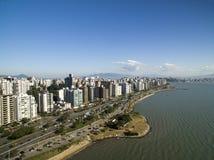 Пляж и здания Beira повреждают Norte/Florianopolis Санта-Катарина, Бразилия Июль 2017 Стоковые Фото