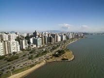 Пляж и здания Beira повреждают Norte/Florianopolis Санта-Катарина, Бразилия Июль 2017 Стоковое Изображение RF