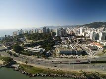 Пляж и здания Beira повреждают Norte/Florianopolis Санта-Катарина, Бразилия Июль 2017 Стоковые Изображения