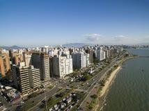 Пляж и здания Beira повреждают Norte/Florianopolis Санта Catar Стоковые Изображения RF