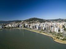 Пляж и здания Beira повреждают Norte/Florianopolis Санта Catar Стоковое Изображение