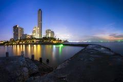 Пляж и море города Паттайя в сумерк Стоковое Изображение RF