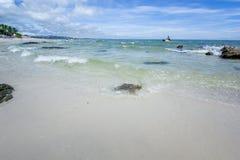 Пляж и море с небом Стоковая Фотография