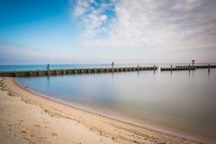 Пляж и мола в чесапикском заливе, в северном пляже, Мэриленд Стоковая Фотография RF