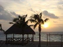 Пляж и небо захода солнца Стоковое Изображение