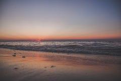 Пляж и небо захода солнца Стоковые Изображения