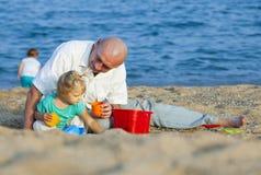 Пляж и папа моря с дочерьми стоковое изображение rf