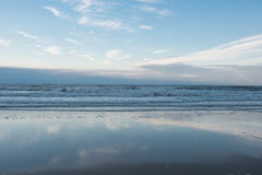 Пляж и прибой Северного моря в Koksijde, Бельгии Стоковая Фотография