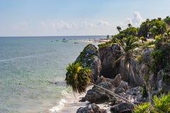 Пляж и скалы на Tulum, Мексике Стоковые Изображения