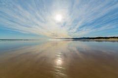 Пляж и утесы во время захода солнца Стоковые Изображения RF
