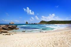 Пляж и утесы на des Châteaux pointe, Гваделупе Стоковая Фотография