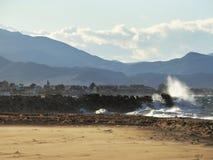 Пляж и утес горы брызгают Стоковая Фотография