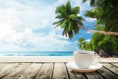 Пляж и чашка кофе стоковое фото