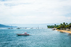 Пляж и шлюпки на красивом острове (Ilhabela) в Сан Paulo (Sã стоковое фото rf