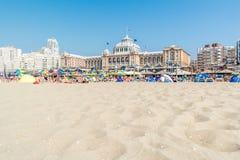 Пляж и Kurhaus в Scheveningen, Гааге, Нидерландах Стоковая Фотография RF