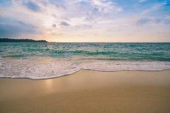 Пляж и Seascape песка на заходе солнца Стоковое Фото