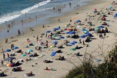 Пляж Калифорнии сверху с много людьми и зонтиков Стоковое Изображение