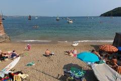 Пляж Корнуолл Англия Великобритания Kingsand на полуострове Rame обозревая звук Плимута стоковое фото