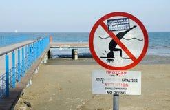 Пляж Ларнаки Phinikoudes с красным цветом отсутствие скача предупредительного знака, Кипра Стоковая Фотография RF