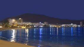 Пляж Лос Cristianos на заходе солнца в Канарских островах Arona Тенерифе акции видеоматериалы