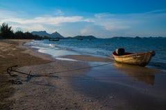Пляж маленькой лодки стоковые изображения rf