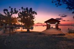 Пляж Мальдивов рая на розовом заходе солнца Стоковые Фото