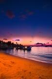 Пляж Мальдивов рая на розовом заходе солнца Стоковые Фотографии RF