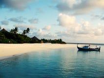 Пляж Мальдивов с шлюпкой Стоковая Фотография