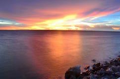 Пляж моря во времени захода солнца Стоковая Фотография RF