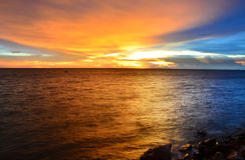 Пляж моря во времени захода солнца Стоковые Изображения RF